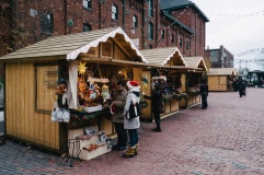 Shopping-on-Toronto-Christmas-Market
